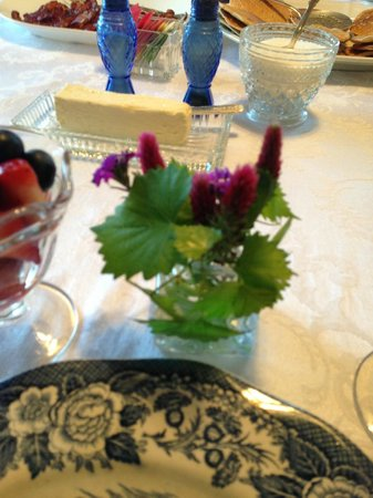 Ailey, GA: Fresh flowers at each place setting