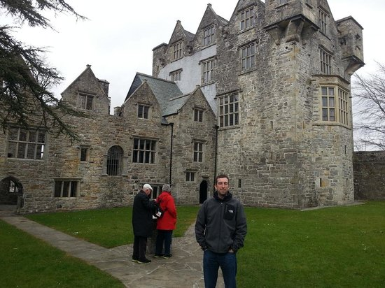 Donegal Town, Ireland: Outside Donegal Castle