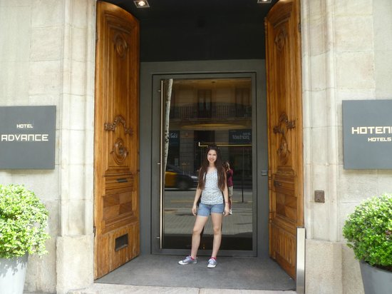 Hotel Advance: Front entrance, biggest front door ever