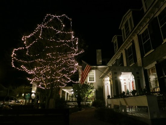 Concord's Colonial Inn: Front of Inn at night