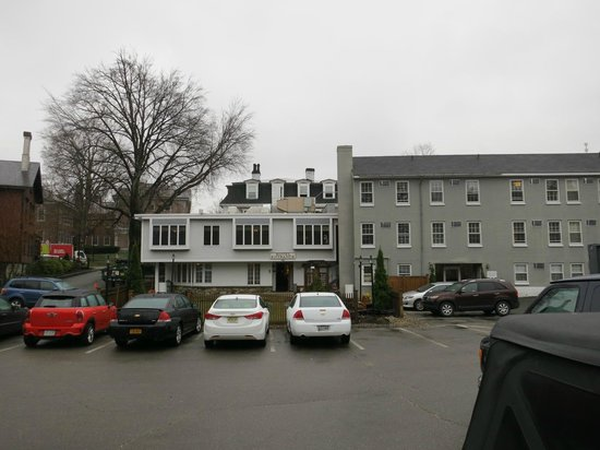 Concord's Colonial Inn: Inn from the back parking lot, with the Prescott wing on the side