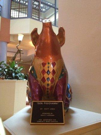 Cincinnatian Hotel: the pig