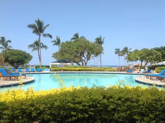 Mauna Lani Bay Hotel & Bungalows: view from the pool