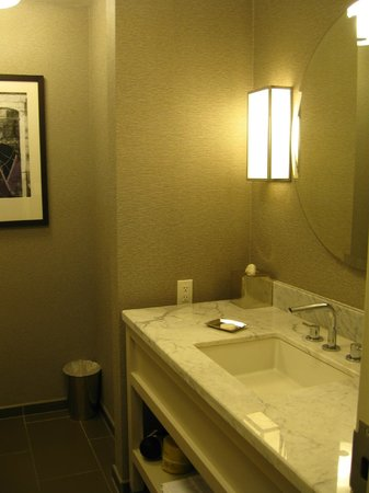 Hyatt Centric French Quarter New Orleans: bathroom lavatory