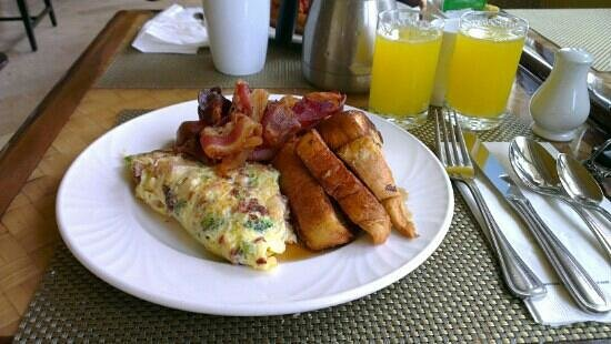 Lighthouse Terrace: Yum yum yum! Omelette, french toast, bacon, sausages and passion fruit juice.