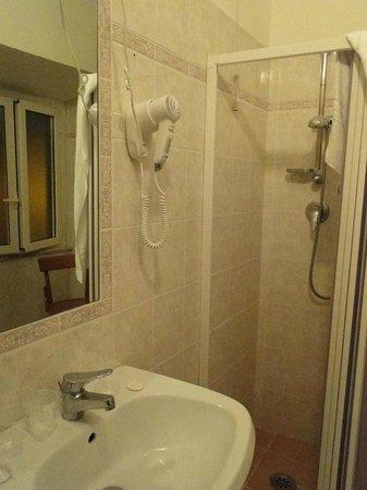 Hotel Louisiana: Para os padrões europeus de hotéis com preços acessíveis, considero o banheiro bem espaçoso