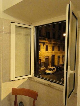 Hotel Louisiana: Ótima ventilação no banheiro