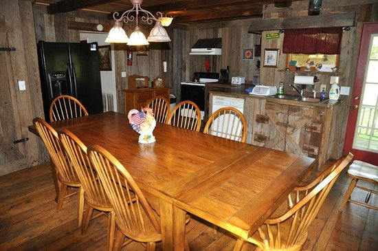 Whispering River Resort: Dining room and kitchen in large cabin