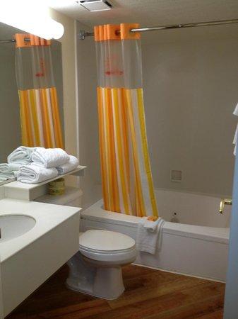La Quinta Inn & Suites Las Vegas Airport N Conv.: Jacuzzi tub with plush towels