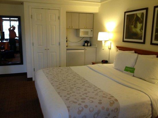La Quinta Inn & Suites Las Vegas Airport N Conv.: Closet, microwave, fridge, bed