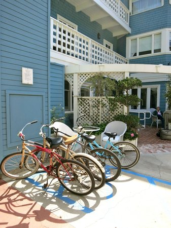 Channel Road Inn - A Four Sisters Inn: Here is a photo of the dumbwaiter, behind the bicycles.