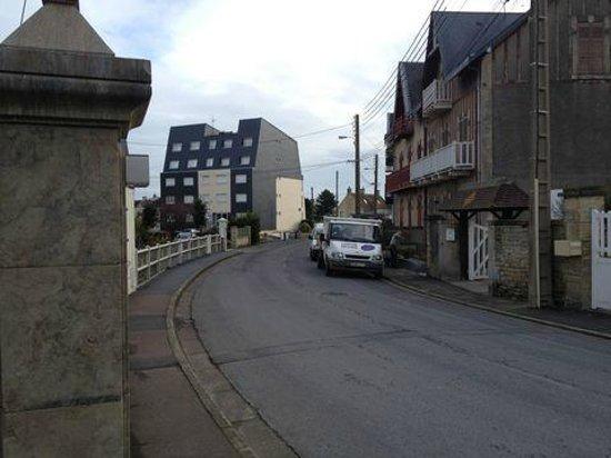 Hotel La Pecherie: Rue d'accès au bâtiment 2 (vue à gauche).