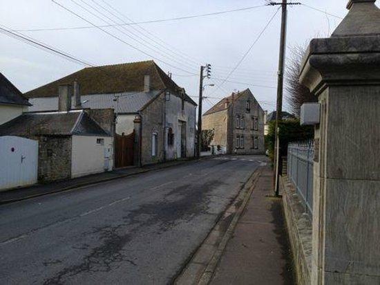 Hotel La Pecherie: Rue d'accès au bâtiment 2 (vue à droite).