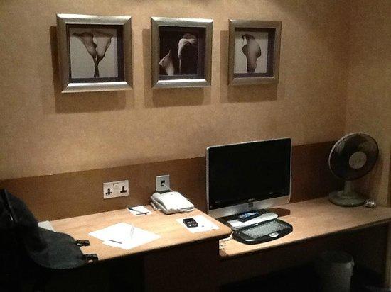 The Hog's Back Hotel & Spa Farnham : Pleasant decor in the room
