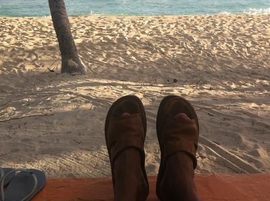 White Sands Beach Condos: feet up, enjoying a Banks at Tyrone's Bar on the beach in front of WSB