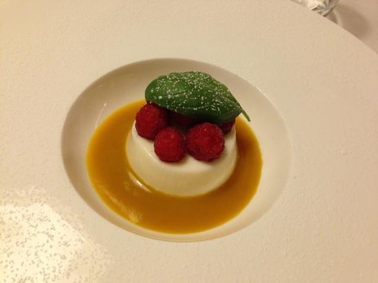 Ristorante del Monte: bavarese al latte di mandorla e salsa al mango