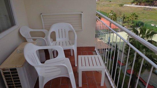 Don Miguel Playa Hotel: Terraza con tendedero y sillas