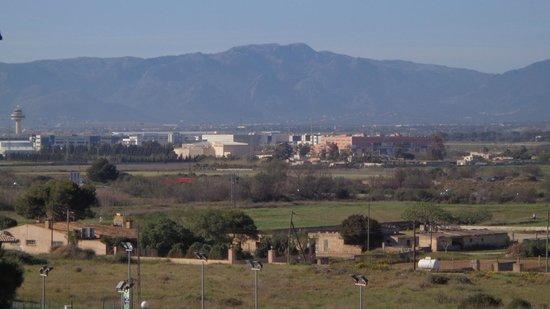 Don Miguel Playa Hotel: Vista de la montaña y del aeropuerto desde la terraza