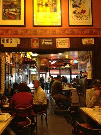 Nini's Coffee Shop: Main area