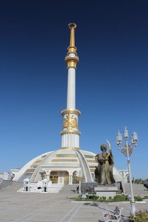Unabhangigkeitsdenkmal: Ashgabat: Unabhängigkeitsdenkmal (Garaşsyzlyk binasy / Independence Monument)