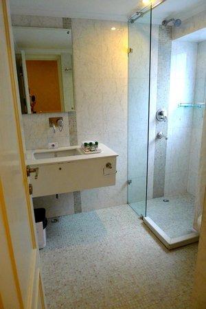 Hotel Bright: bathroom
