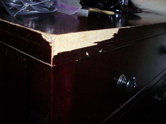 Hotel La Amistad: damaged furniture