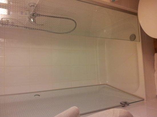 Novum Hotel Wiesbaden City: new shower