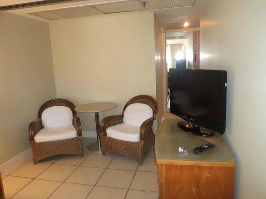 Golden Tulip Ipanema Plaza: quarto com cadeiras e mesa