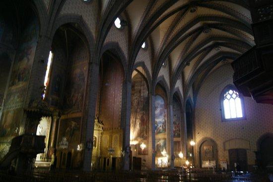 Cathédrale Saint-Jean : I - Lindos murais pintados por Jacques Pauthen no interior elegante, sóbrio e sereno.
