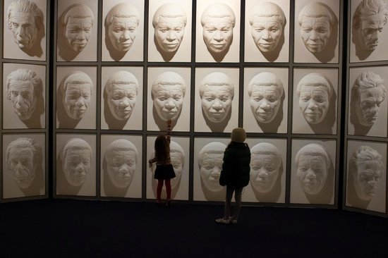 Stuart Landsborough's Puzzling World: The room of faces that follow you