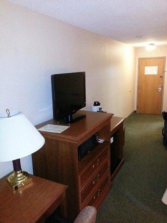 Holiday Inn Rutland-Killington Area: TV, door