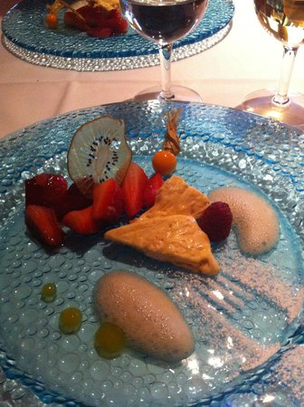 أوتل جلارنياهوف: Sobremesa ( frutas com sorvete de torrone)