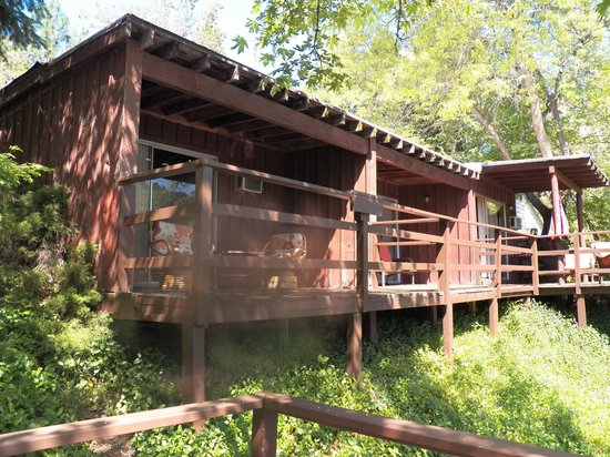 The Royal Coachman Motel: Private decks overlooking the river