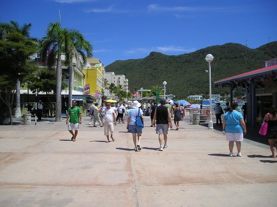 Philipsburg, St. Maarten: view of the walk and beach