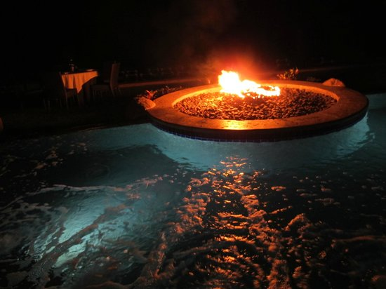 Villa del Palmar Flamingos: Firepit in the jacuzzi—how cool is that?
