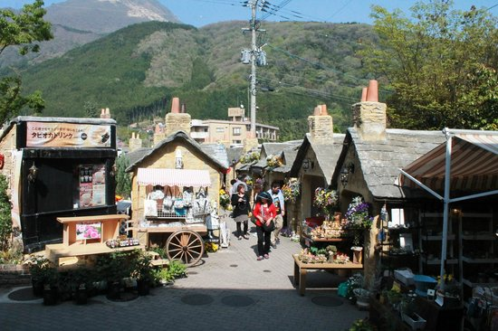 Kyushu Yufuin Folk Craft Village : Shops in the village