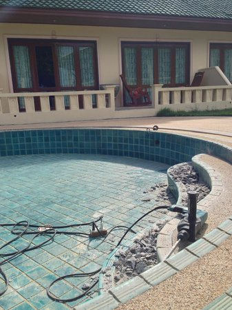 Prince Edouard Apartments & Resort: Ongoince maintenance in the swimming pool.