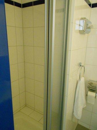 A&O Berlin Hauptbahnhof: Bathroom
