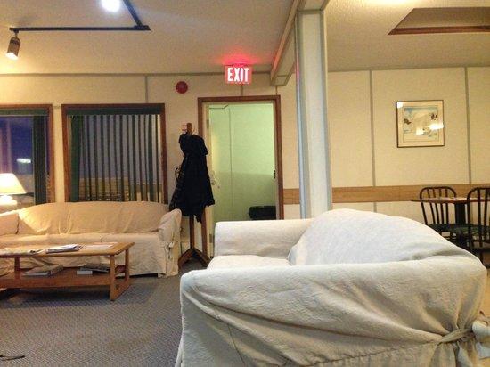 Auyuittug Lodge: Common Room