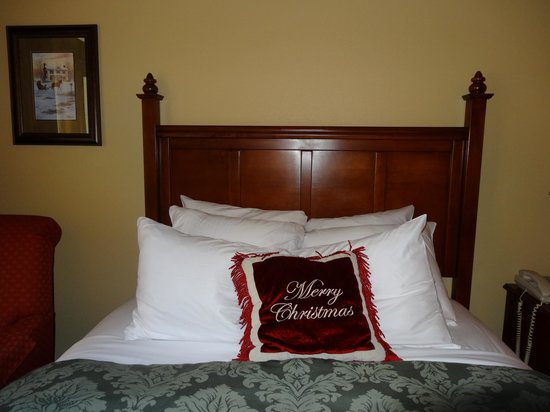 The Inn at Christmas Place: Queen bed