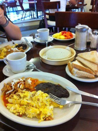 Matamoros, เม็กซิโก: Freshly-made complimentary breakfast--yummy, yummy!!