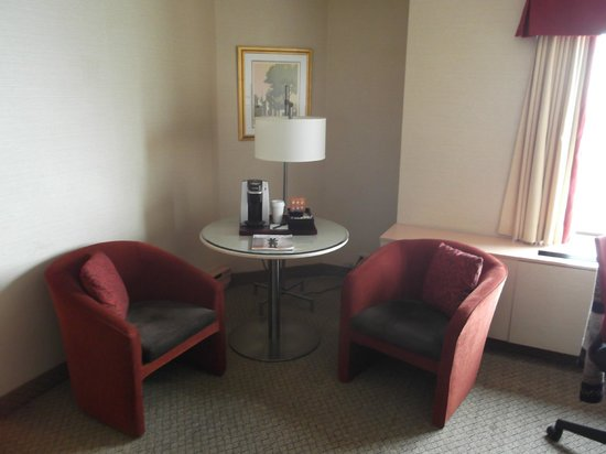 Hotel Le Concorde Quebec: Breakfast nook in Superior room