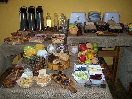 Peninsula Petit Hotel: Un sector de la mesa del desayuno. ¡Glup!
