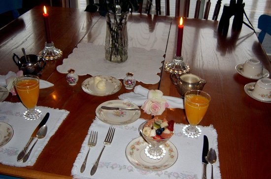 Cliff House Bed & Breakfast: elegant breakfast setting