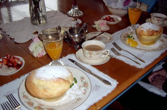 Cliff House Bed & Breakfast: Egg souffle breakfast