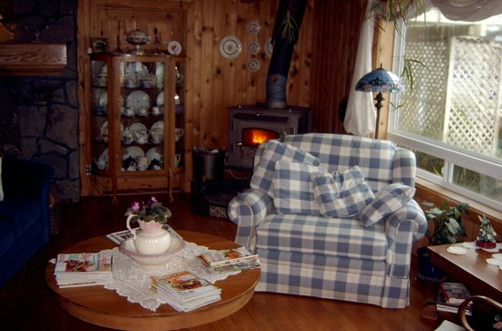 Cliff House Bed & Breakfast: Warm cozy common area