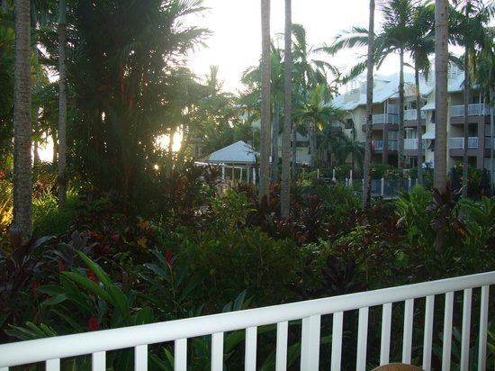 Coral Sands Beachfront Resort : sunrise from our balcony to the pool+to the beach
