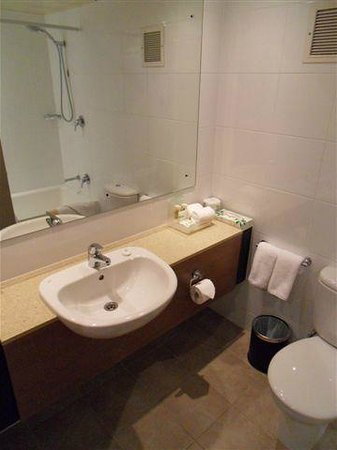 Holiday Inn Auckland Airport: Bathroom Basin Set Up