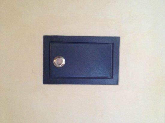 Alloggi al Mercante: cofre que não tem chave, apenas um caixa na parede...