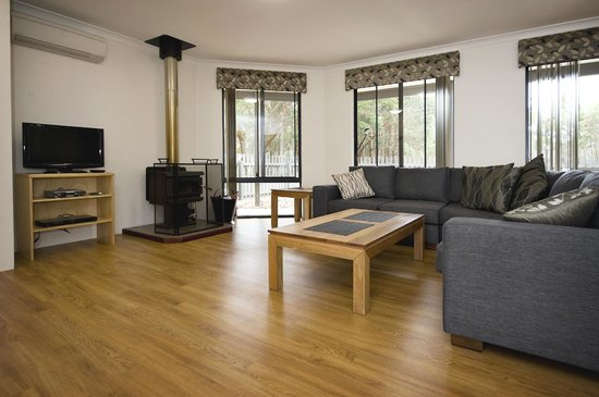 Margaret River Hideaway & Farmstay: Superior Cottage - Living room & fire
